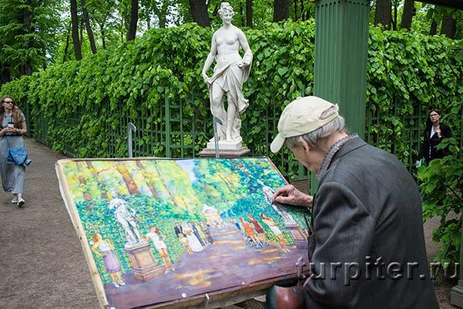 дедушка пишет картину в летнем саду