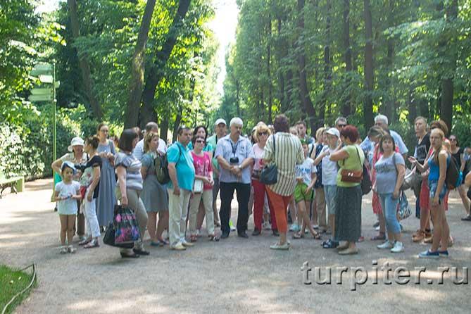 много туристов на аллее