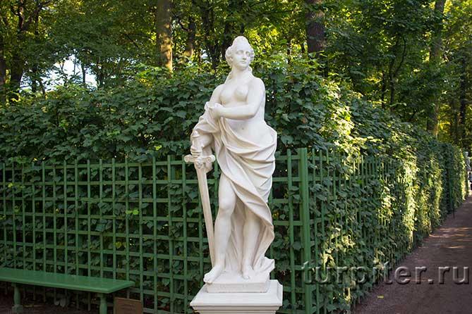 женская фигура с мечом