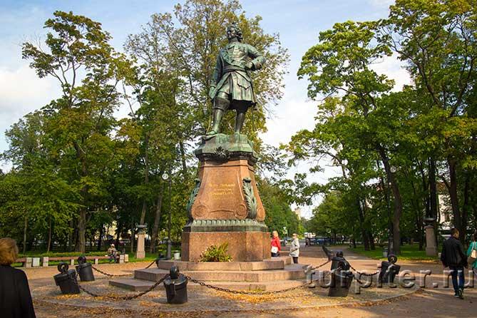 Петровский парк и памятник с пушками
