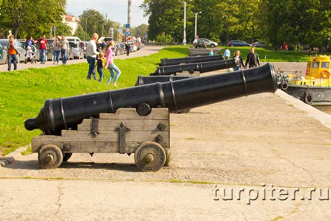пушки на берегу Кронштадт