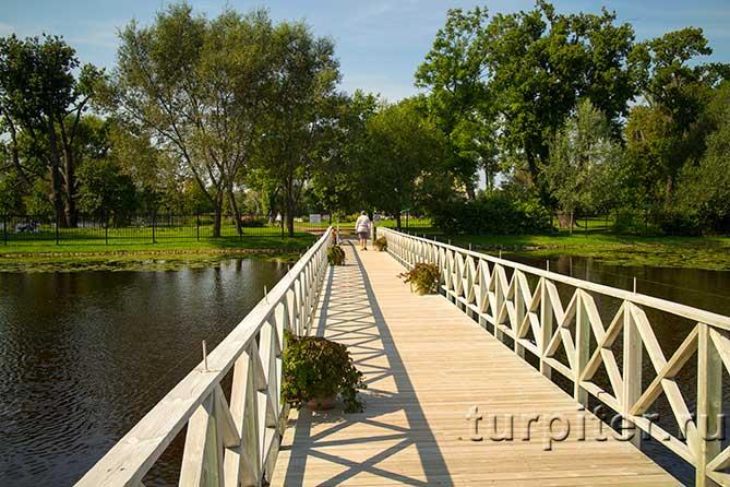 деревянный мост между островами