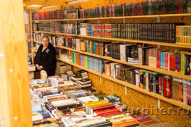 женщина продает книги