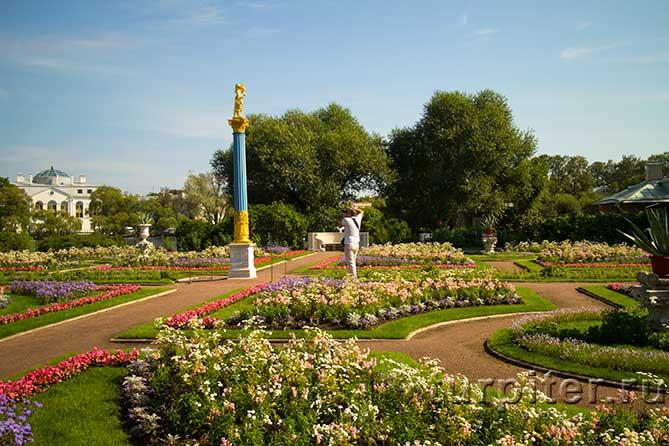 статуя в центре сада
