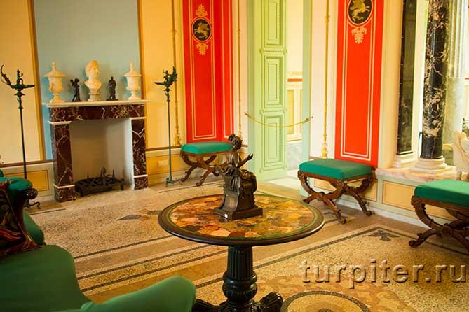 зеленые пуфики и оригинальный стол