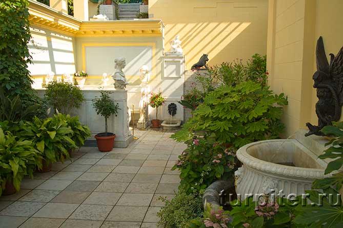 внутренний садик в павильоне