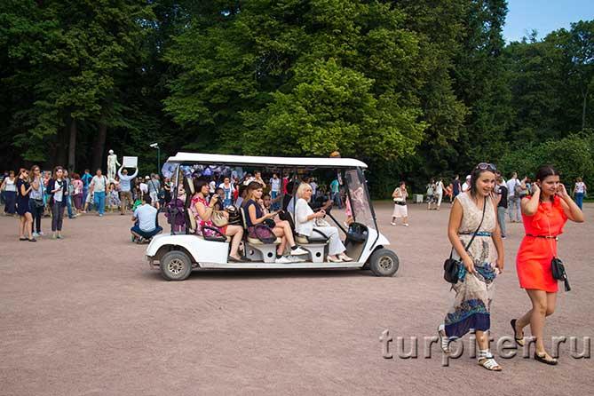 пассажиры электрокара в Петергофе