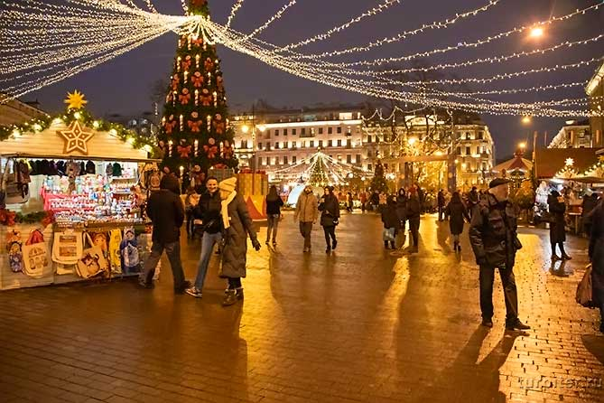 люди гуляют на рождественской ярмарке