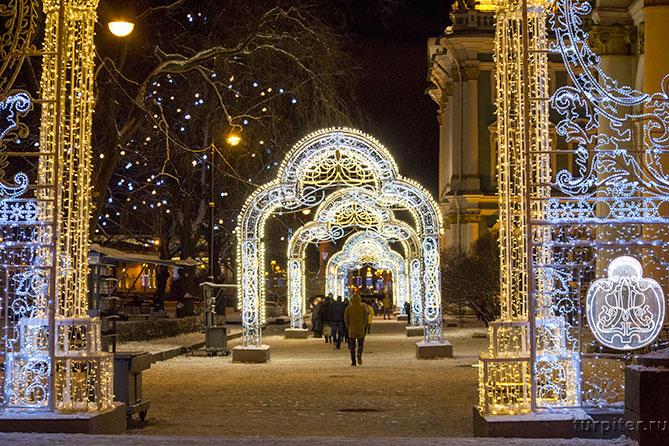 люди гуляют Санкт-Петербург