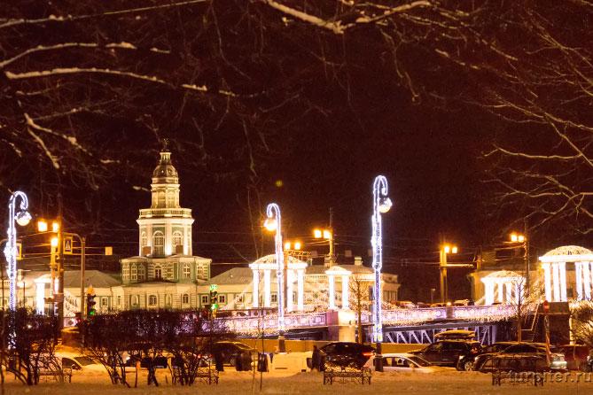 красиво украшен мост к Новому году