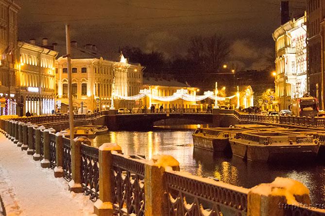 красиво украшенный мост Мойки