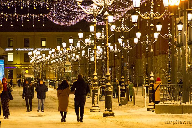 пары гуляют по улице Санкт-Петербург