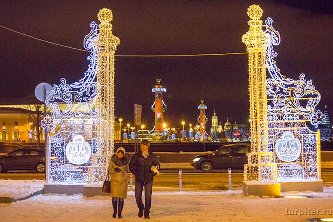женщина и мужчина гуляют по Санкт-Петербургу