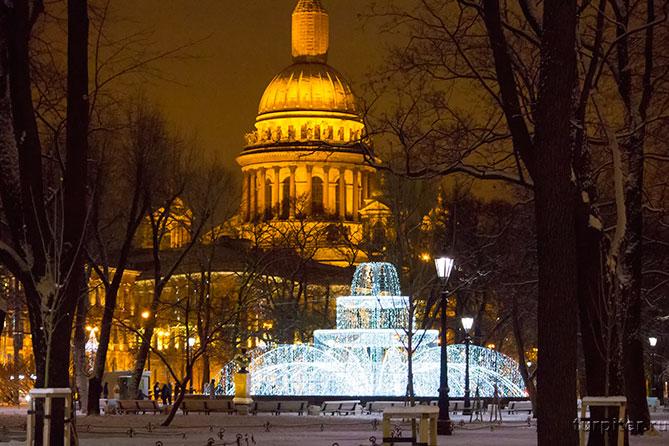 Световой фонтан на фоне Исаакиевского собора