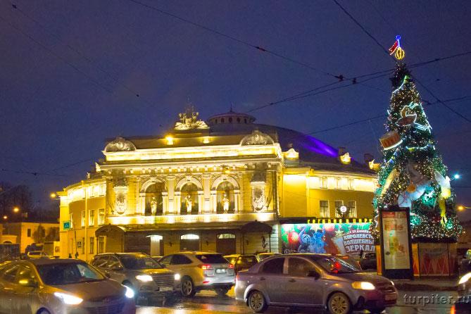Елка горит около цирка Санкт-Петербург