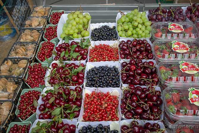 разные свежие ягоды на прилавке о да еда
