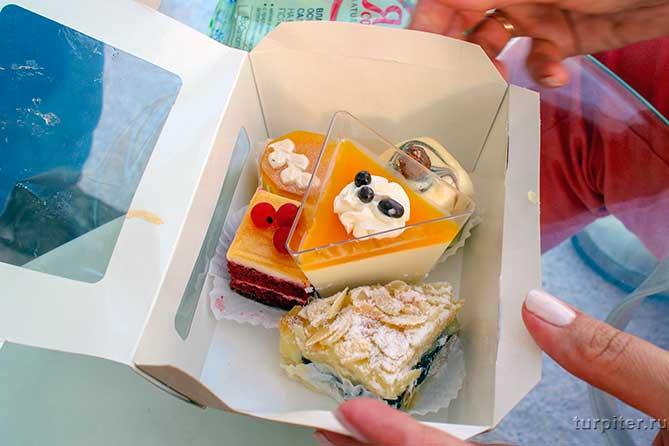 несколько пирожных в коробочке