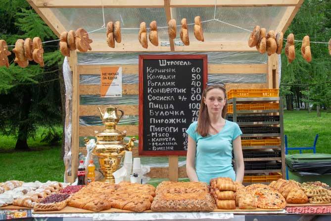 девушка продает пироги с начинкой и сушки