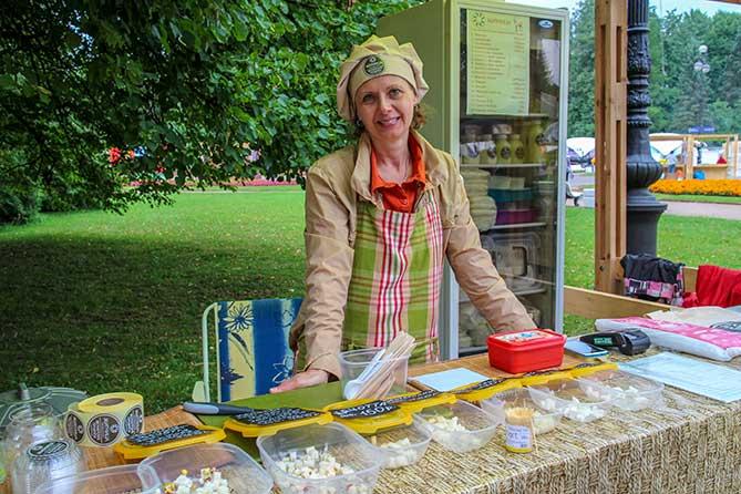 женщина продает и дает пробовать вкусный сыр