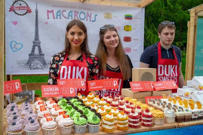 прилавок французких сладостей