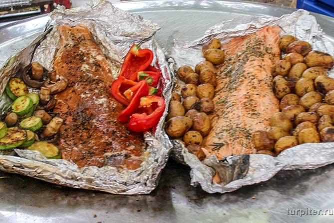 огромные рыбины приготовлены с гарниром
