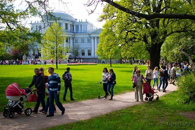 люди гуляют в парке фестиваль культуры